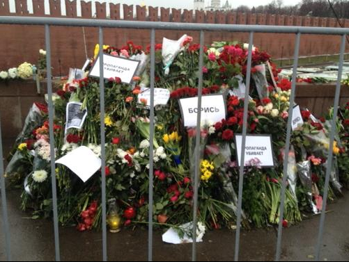 Nemtsov flowers at murder site